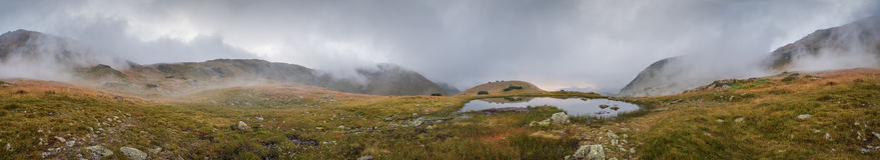有雾的小塔恩省在日落的山 免版税库存图片