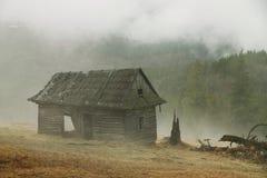 有雾的小屋早晨 库存图片