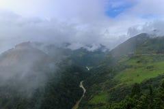 有雾的小山和Mangde河风景在Bumthang,不丹 免版税库存图片