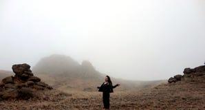 有雾的小山的妇女 库存图片