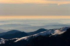 有雾的小山顶 库存照片