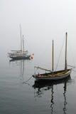 有雾的小船 免版税库存照片