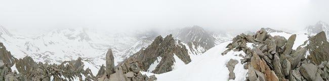 有雾的山上面全景 免版税库存图片