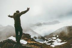有雾的山山顶的被培养的手人 免版税库存照片