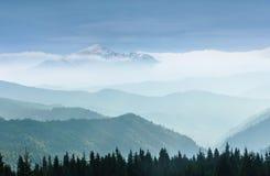 有雾的山庄严风景  山的有薄雾的上面的看法在距离的 免版税库存图片