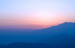 有雾的山日落 免版税库存照片