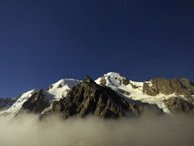有雾的山的巨大看法在云彩的 图库摄影