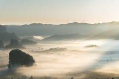 有雾的山风景在早晨天空下 免版税库存照片