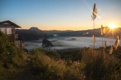 有雾的山风景在早晨天空下 Phu Langka,泰国 免版税库存照片