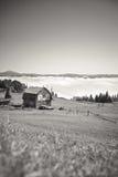 有雾的山风景在有木小屋的喀尔巴汗 库存图片
