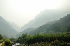 有雾的山风景 库存照片