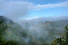 有雾的山 免版税库存图片