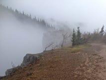 有雾的峭壁边缘 图库摄影