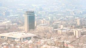 有雾的市的看法阿尔玛蒂,哈萨克斯坦 免版税库存照片