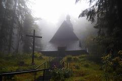 有雾的教会 库存图片