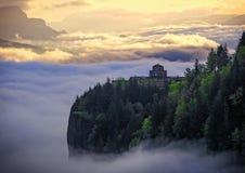 有雾的日出在哥伦比亚峡谷 库存照片