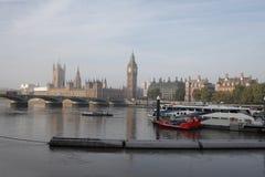 有雾的早晨在伦敦 免版税库存图片