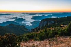 有雾的早晨在国家公园Ceahlau 免版税图库摄影
