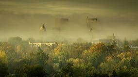 有雾的早晨在有秋天树的博伊西爱达荷 免版税库存照片