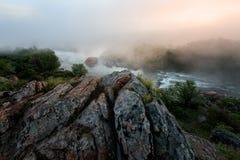 有雾的早晨河 免版税库存图片