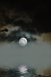 有雾的月亮 免版税库存照片