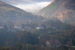 有雾的村庄在巴尔干山脉 免版税库存图片