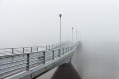 有雾的桥梁 免版税库存照片