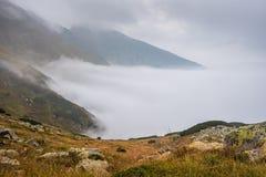 有雾的横向山 图库摄影