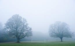 有雾的橄榄球早晨间距足球 免版税库存照片