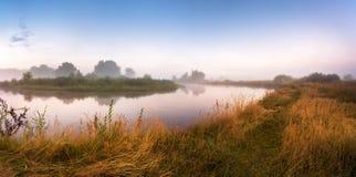 有雾的河早晨 全景 温暖的夏天早晨 免版税图库摄影