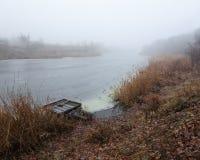 有雾的河 库存图片