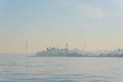 有雾的海岛视图 免版税库存照片