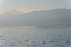 有雾的海岛视图 免版税库存图片