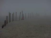 有雾的海滩 免版税库存图片