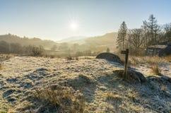 有雾的清楚的冬天早晨在Langdales,湖区 免版税库存照片