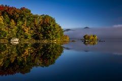 有雾的湖和绿色山-有五颜六色的树的海岛-秋天/秋天-佛蒙特 免版税库存照片