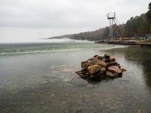 有雾的湖在日出 活动结果工厂可拉树冶金半岛俄国 免版税图库摄影