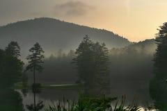 有雾的湖山日出 库存照片