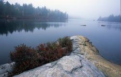 有雾的湖点 免版税库存照片
