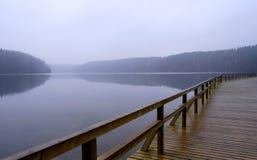 有雾的湖码头 免版税库存照片