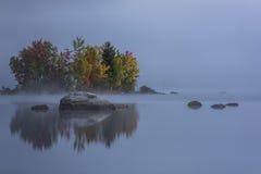 有雾的湖-有五颜六色的树的海岛-秋天/秋天-佛蒙特 免版税库存图片