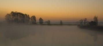 有雾的湖 图库摄影