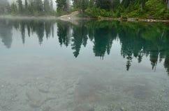 有雾的湖 免版税图库摄影