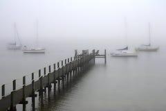 有雾的码头 免版税库存照片