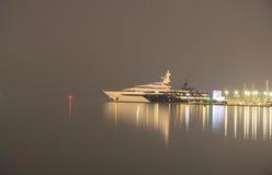 有雾的船反射 库存照片