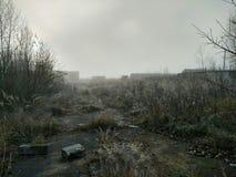 有雾的被放弃的仓库 免版税库存照片