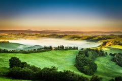 有雾的谷早晨,托斯卡纳 库存照片