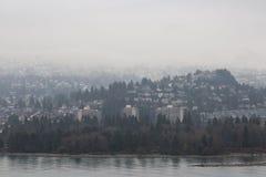 有雾的都市风景在BC温哥华 免版税库存照片