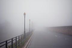 有雾的闪亮指示老路 免版税库存照片
