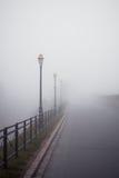 有雾的闪亮指示老路 图库摄影